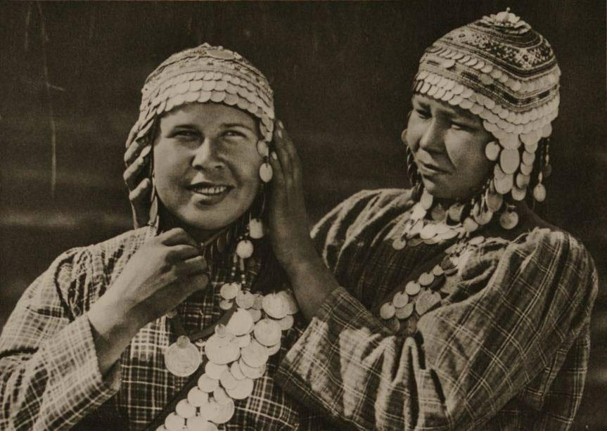 Чувашки в традиционных головных уборах