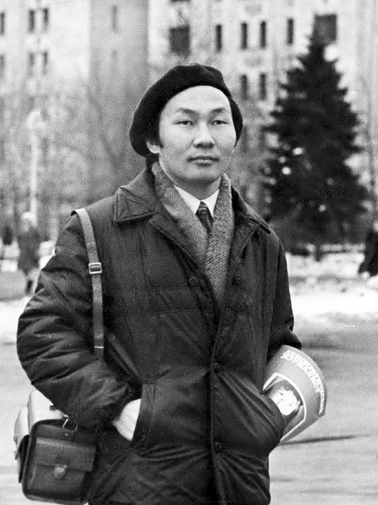 Хенче-Кара Монгуш, студент факультета журналистики Московского государственного университета, у главного здания на Ленинских горах. Москва, весна 1972 года.