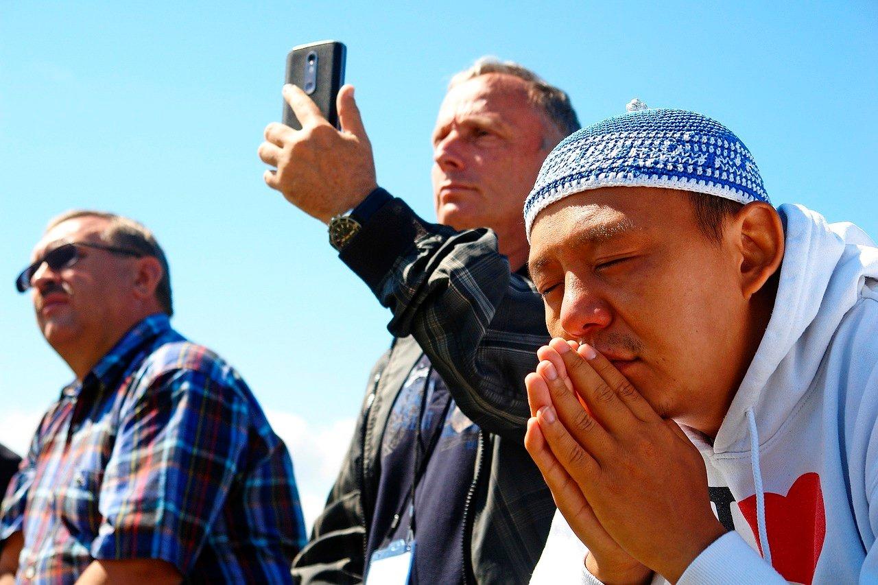 Байкальские шаманы очищают журналистов