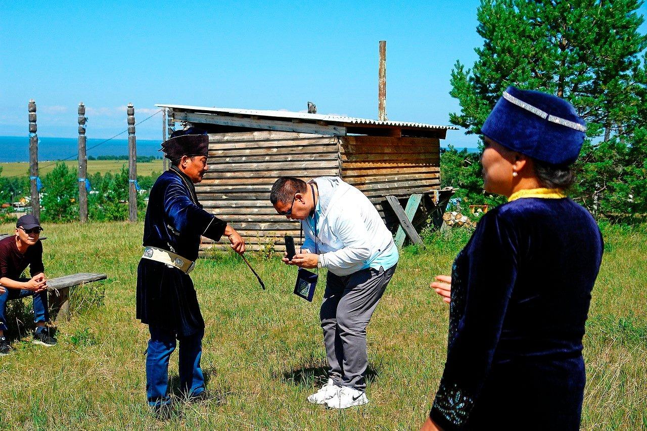 Шаман из Бурятии очищает журналиста из Калмыкии