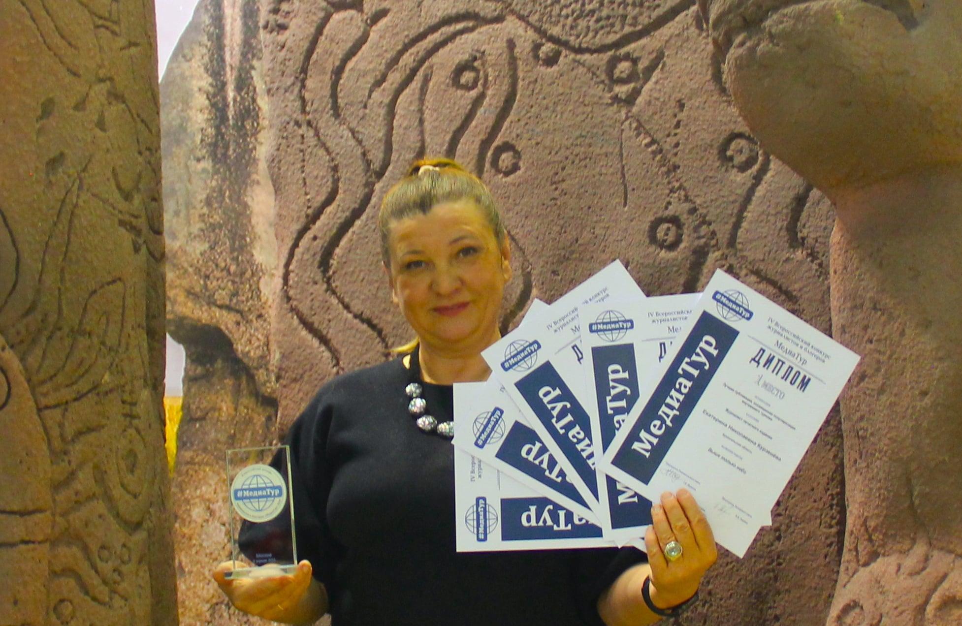 Президент Гильдии межэтнической журналистики Маргарита Лянге с дипломами гильдийцев-лауреатов.