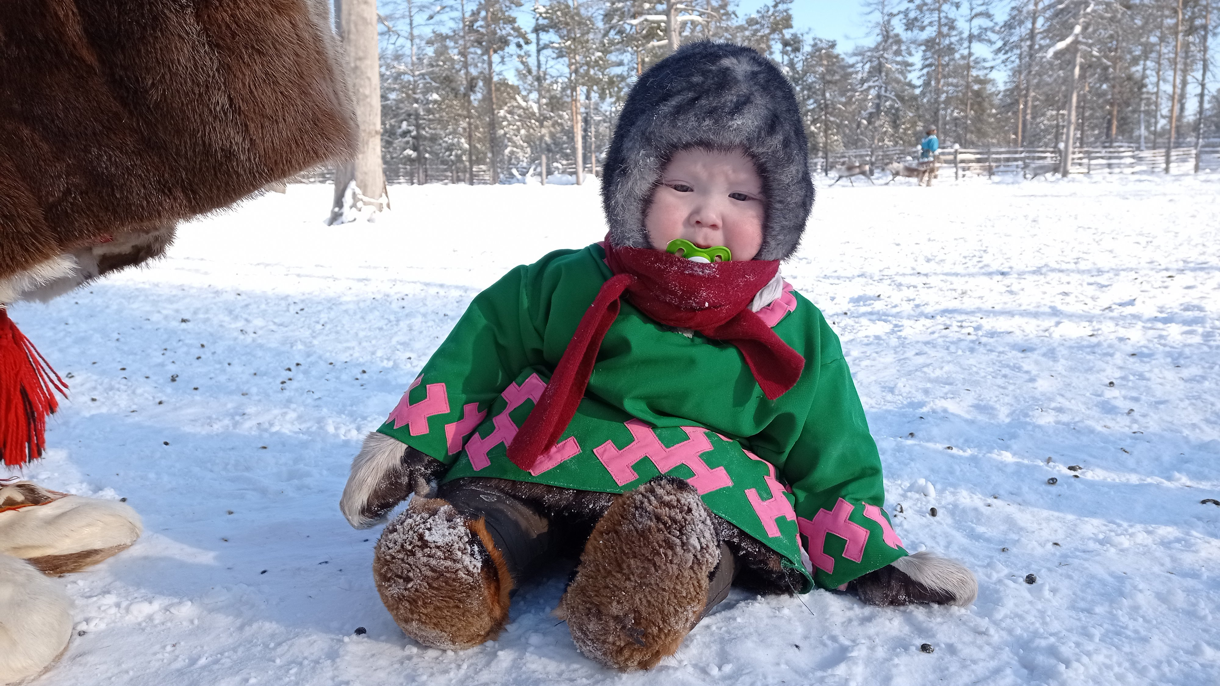 Сын Кольчу играет на снегу
