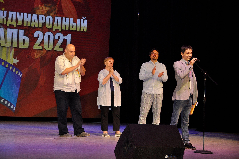 Наиль Хайретдинов получает награду