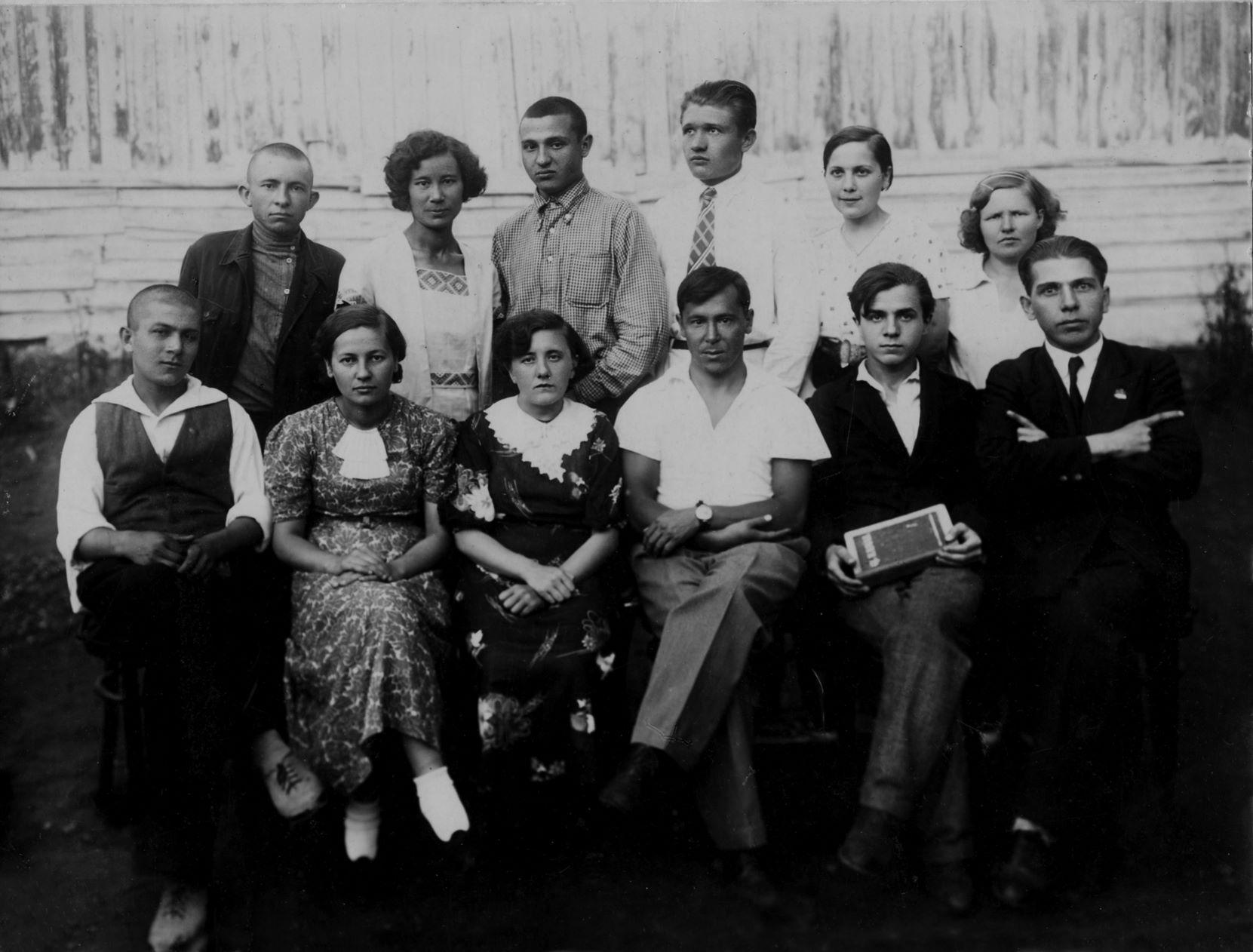 Кружок Джалиля во дворе Татарского рабочего клуба. Муса Джалиль - в центре. 1930-е гг.