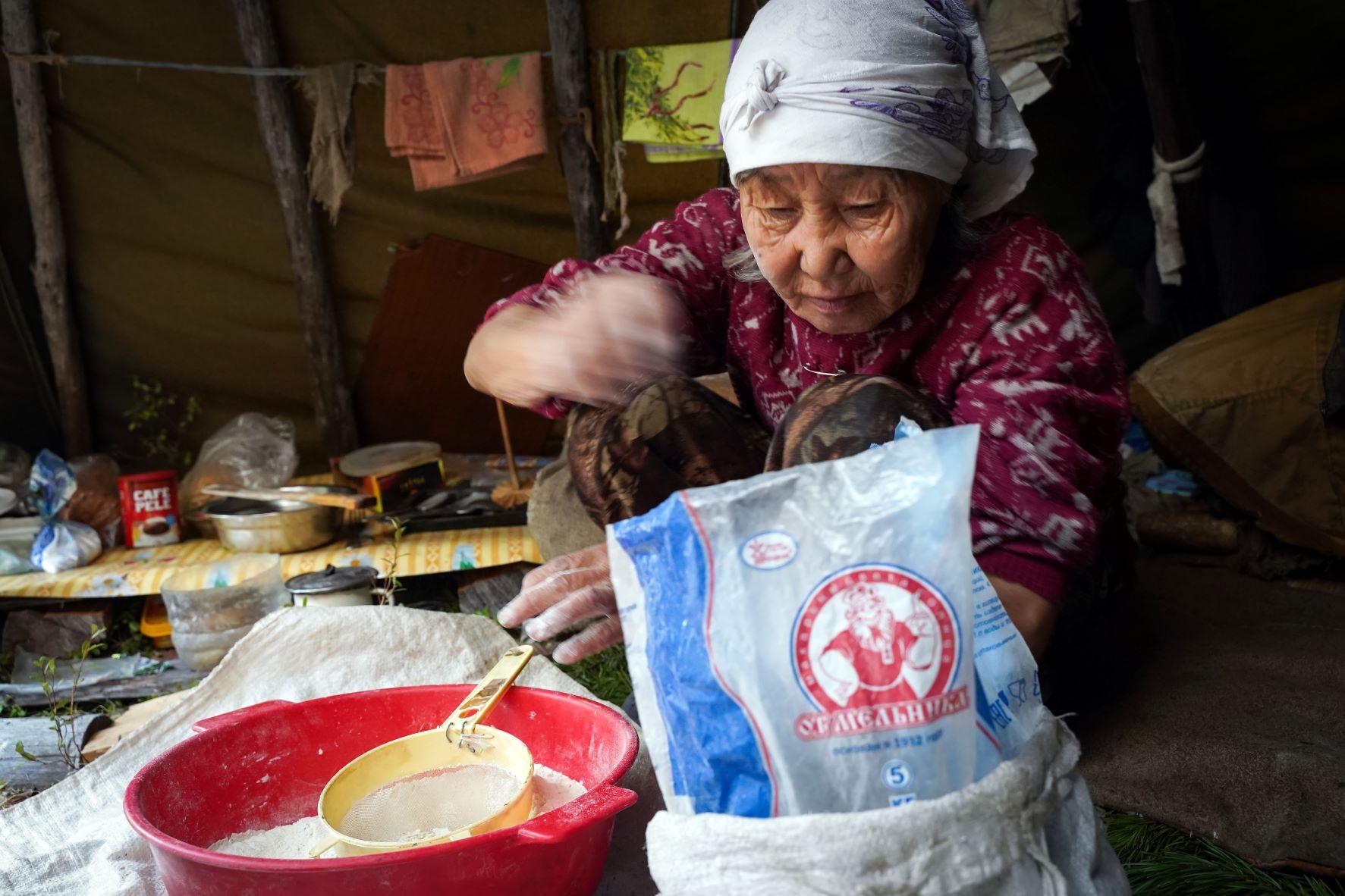 Мария Лазаревна стряпает хлеб