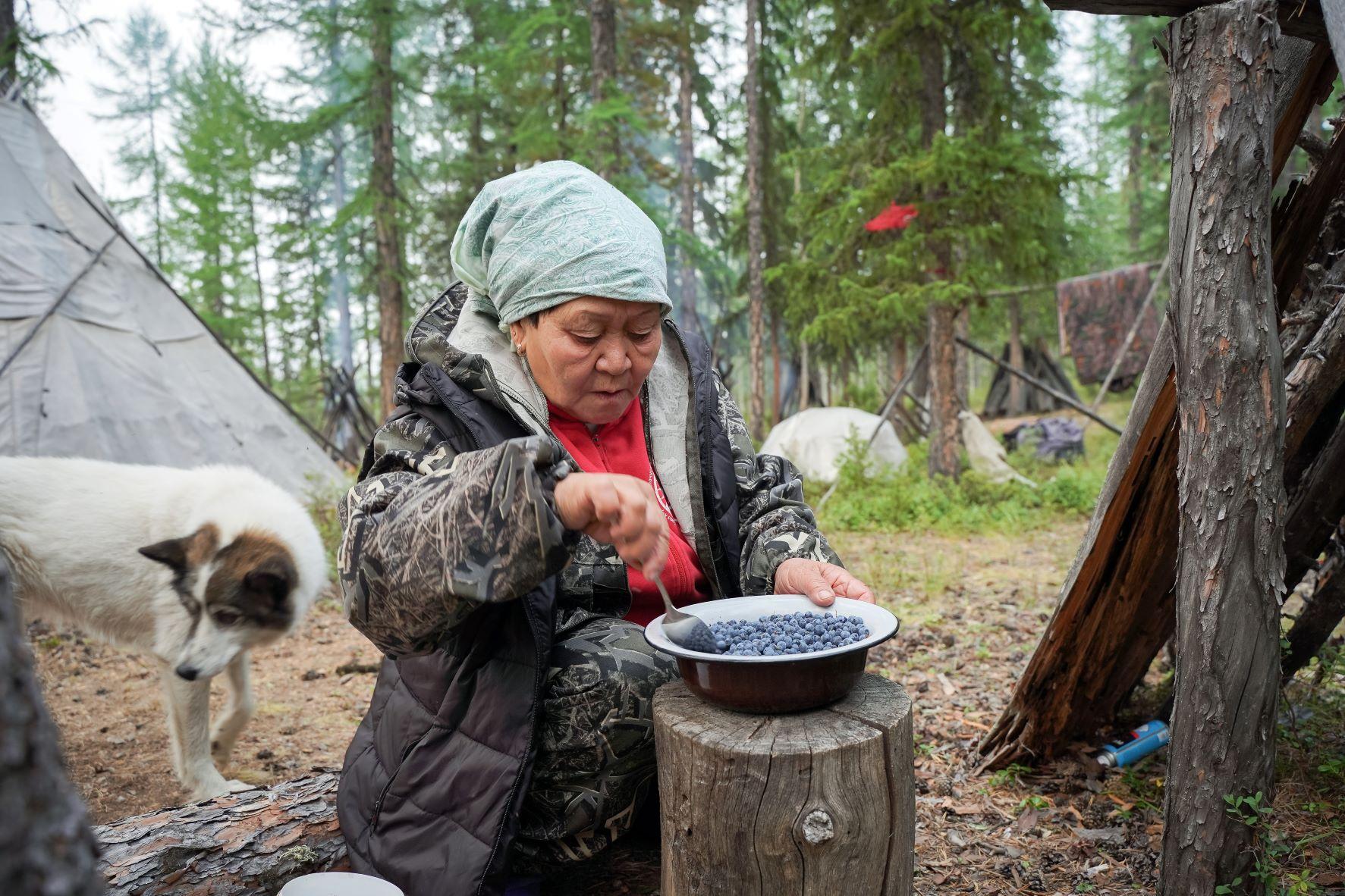Ия Ивановна готовит десерт - голубику с молоком